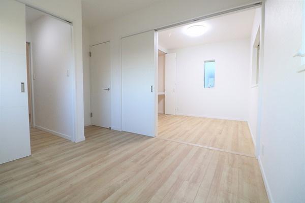 【洋室】 2階4.5帖洋室と5帖洋室の間はスライドドアで広々な一つの洋室にもなります♪