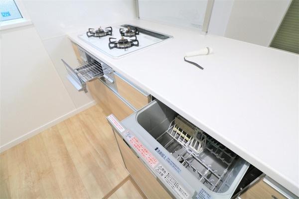 【キッチン】 お料理の捗る3口コンロと嬉しい食器洗浄乾燥機付きのカウンターキッチン♪