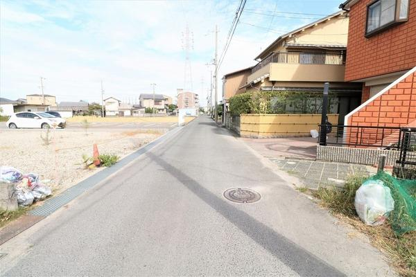 【前面道路】 周辺は閑静な住宅地で子育てにも優しい落ち着いた住環境です♪