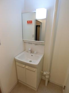 シンプルな設計でお手入れもしやすい洗面化粧台です。 鏡の裏側も様々な物が収納可能。