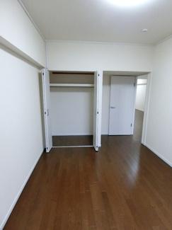 クローゼットの付いた約6.75帖の洋室です。 バルコニーにも出られます。
