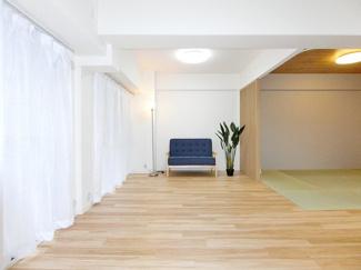 約14.5帖のLDKです。フローリングやクロスなども新しくなっています。 和室のお部屋と繋げて使えばより一層広々とした空間を作れそうですね。