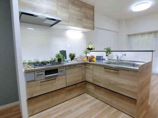 新調された3口コンロのキッチンは使い勝手も良さそうで食洗機も付いているので家事の負担が少しでも軽減できそうですね。