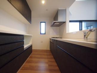 (施工例)重厚感のあるカラーデザインで統一されたキッチン。