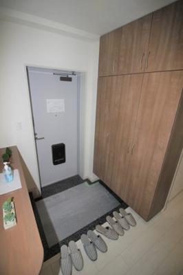 大きなシューズボックスが特徴的な玄関です。