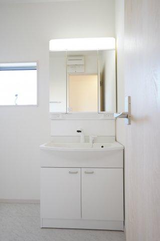 【同仕様施工例】清潔感のある洗面脱衣所です。窓もありますので換気できます。