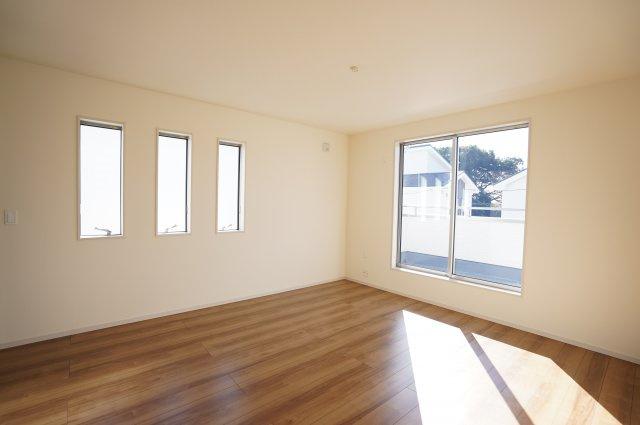 【同仕様施工例】9帖 南向きの明るいお部屋です。小窓もアクセントになってかわいいお部屋です。