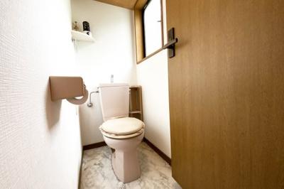 《2Fトイレ》トイレが2ヶ所にあり大変便利です。忙しい朝の時間にトイレが混む心配はありません。