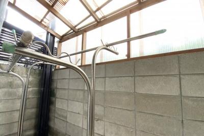 洗面室の近くにある勝手口の外は、屋根付きの物干しスペースがあります。多少の雨でも安心です。