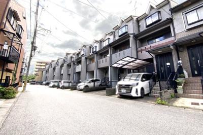 前道は6mと開放的な住宅街です。車の運転が苦手な方でも駐車はラクラクです♪