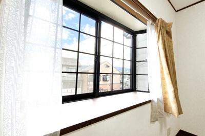 《洋室6帖:東側》出窓になっているので、お花を飾ったりなどお部屋を素敵にできますね。