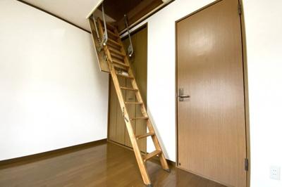 《洋室6帖:東側》こちらのお部屋には《天井収納庫》があります。荷物が多いご家庭でも安心してお引越しして頂けます。