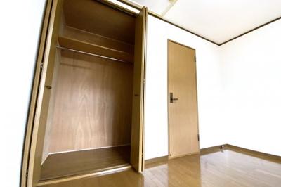《洋室6帖:西側》どのお部屋にも収納が完備されていますので、しっかり片付いてお部屋が広く使えますね。