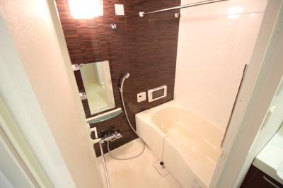 追い炊き機能と浴室乾燥機付きバスルーム