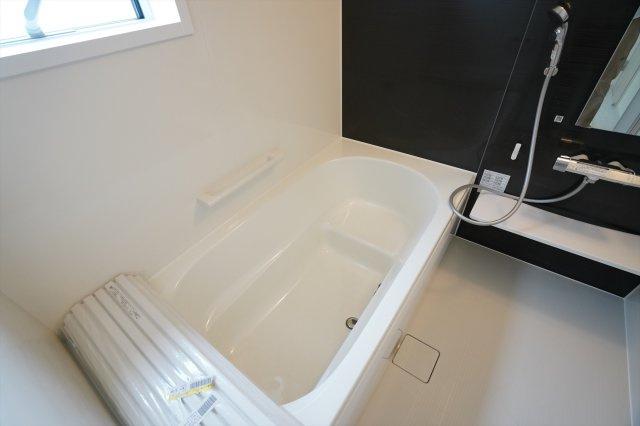 【同仕様施工例】広々一坪バスです。広々とした浴槽で毎日くつろげるバスタイムを楽しみたいですね。