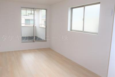 (1号棟同仕様写真)全室2面採光で過ごしやすいプレイベート空間3部屋を確保。主寝室は7.2帖以上になっています。シンプルな色合いで使いやすい広さになっています。