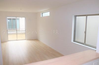 (1号棟同仕様写真)隣接和室を含め19.5帖以上のLDKとなります。南側の大きな窓からの採光もしっかりあって暖かい空間。家族も集まりやすいですね!