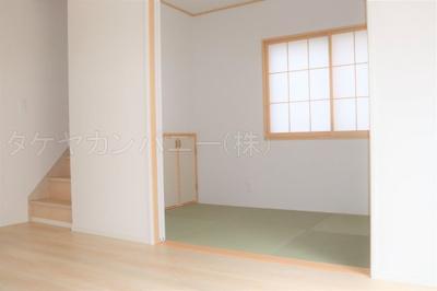 (1号棟同仕様写真)1号棟と3号棟は4帖以上の和室。2号棟は3帖のタタミコーナーを備えました。LDKと続き間として活用でき、開放感を感じる広さになります。ライフスタイルに合わせてご活用頂けますね。