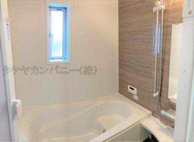 (2号棟同仕様写真)バスユニット1坪タイプ、浴室乾燥機、手すり付き。半身浴の出来る浴槽なので1日の疲れもリフレッシュできます!防カビ抗菌素材なのもうれしいポイント。広々浴室で、毎日のバスタイムが充実し