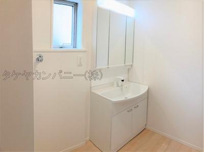 (2号棟同仕様写真)広さもさることながら窓の大きさも充分な洗面室は採光と湿気対策に役立ちます!白を基調とした洗面室なので清潔感もあり、気持ちよく毎日お使い頂けますね。