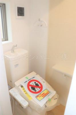 (同仕様写真)1、2階共に高機能トイレ採用しています。便利な壁面収納も設け、窓も完備なトイレ空間はいつも快適です