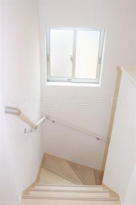(1号棟同仕様写真)小窓から採光があって暗くなりにくい階段。手すり付きでゆるやかなカーブは上り下りも安心ですね
