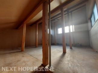 広い屋根裏収納がございます♪窓も有り、換気も出来ます!!