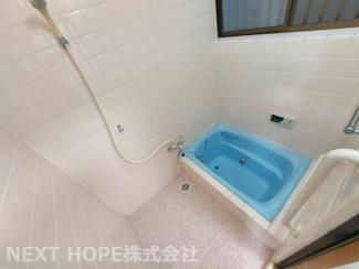浴室です♪一日の疲れを癒してくれます!窓も有りカビ対策も出来ますね(^^)