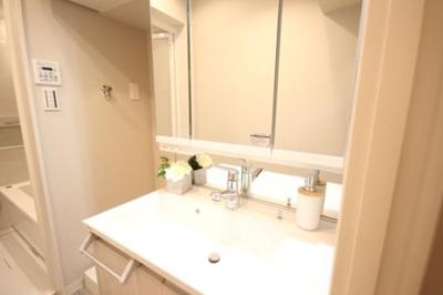 サンパークマンション鶯谷の洗面化粧台です。