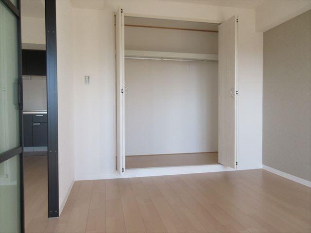 洋室6.0帖 可動間仕切りにつき、開放するとリビングと一体化して開放感のある空間になります。