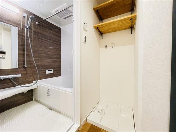 洗濯機置場の上には可動棚が付いておりますので、タオルや洗剤などを置けるのは嬉しいですね◎