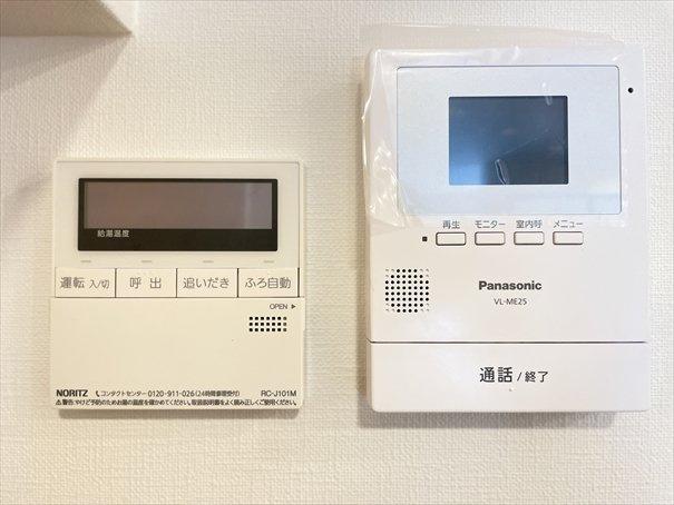 キッチン裏には「モニター付きインターフォン」と「給湯器リモコン」が付いております!
