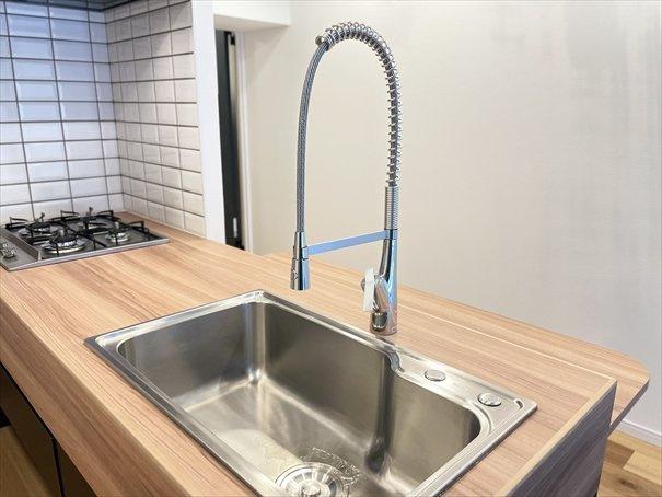 キッチン前の造作カウンターを広げれば、自然と料理のモチベーションが上がります!