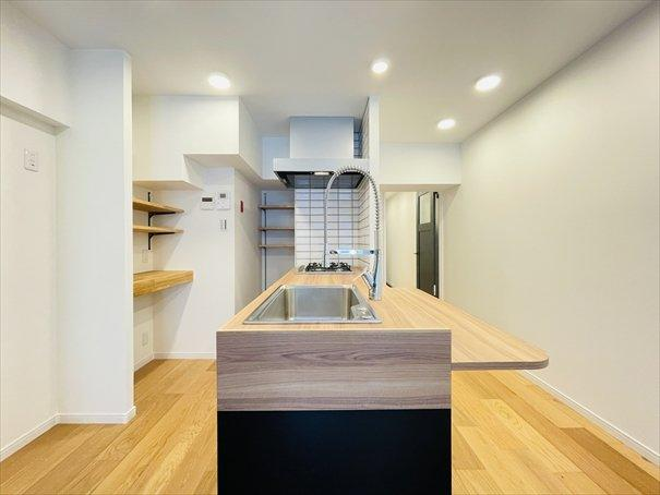 オリジナルキッチンにつけられた造作カウンターを広げればダイニングへ変身♪