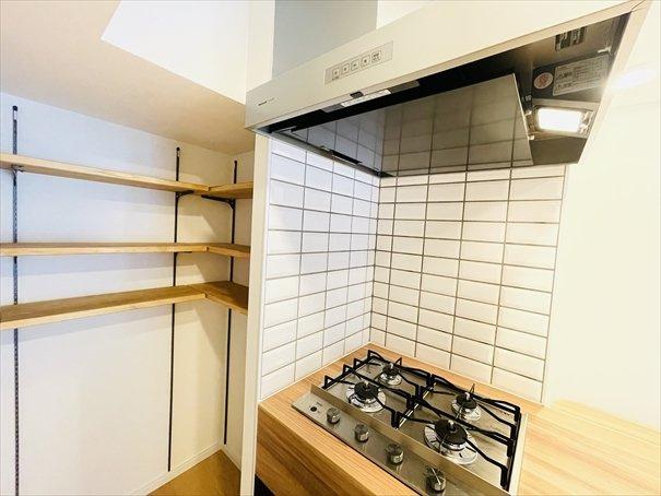 キッチン横には可動棚のパントリーが配備されております!