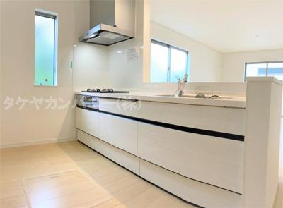 (同仕様写真)清潔感のある空間で、キッチン内にいながらご家族やお客様との会話が楽しめる対面式キッチンとなっています。
