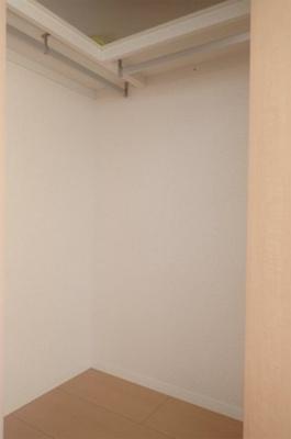 洋室7.2帖のお部屋にあるウォークインクローゼットです♪たっぷり収納できてお洋服や荷物が多くてもお部屋すっきり☆