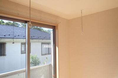 洋室7.2帖のお部屋にある室内物干しです!雨の日やお出掛け時の室内干しにとても便利☆花粉や梅雨の時期に重宝しますね♪