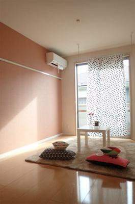 バルコニーに繋がる南向き陽当たりの良い洋室7.2帖のお部屋です!エアコン付きで1年中快適に過ごせますね☆フローリングなのでお手入れもラクラク~♪