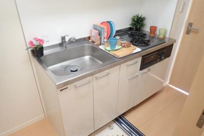 二口ガスコンロ/グリル付きシステムキッチンです☆グリルがあるとお料理の幅が広がりますね♪自炊生活で楽しく健康に!場所を取るお鍋やお皿もたっぷり収納できてお料理がはかどります!