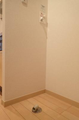 キッチンスペースにある室内洗濯機置き場です♪室内に置けるので洗濯機が傷みにくい☆洗濯機置き場がキッチン横にある分、洗面所が広く使えますね☆※参考写真※