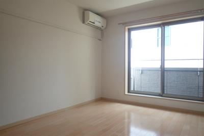バルコニーに繋がる南東向き角部屋洋室7.9帖のお部屋です!エアコン付きで1年中快適に過ごせますね☆※参考写真※