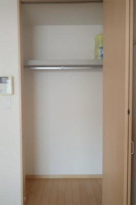 洋室7.9帖のお部屋にあるクローゼットです♪かさばりやすいコートなどもハンガー掛けができてすっきり片付きます♪※参考写真※