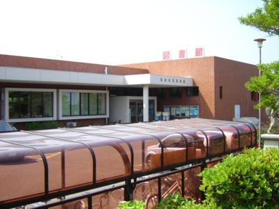 亀山市立図書館まで979m