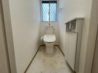 窓が付いた明るく広々したトイレは収納も充実