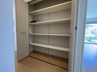 1階廊下にもたくさんの収納スペースがあり片付けがしやすい設計が嬉しい