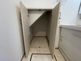 洗面室にも収納がありすっきりとスペースが使えます
