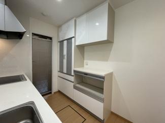 機能的な家電収納ができるカップボードが付いたキッチンが魅力
