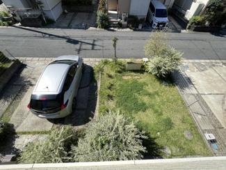 南向きの広い庭と駐車スペースが確保できています