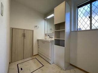 収納スペースが充実した洗面室。明るく清潔感があります